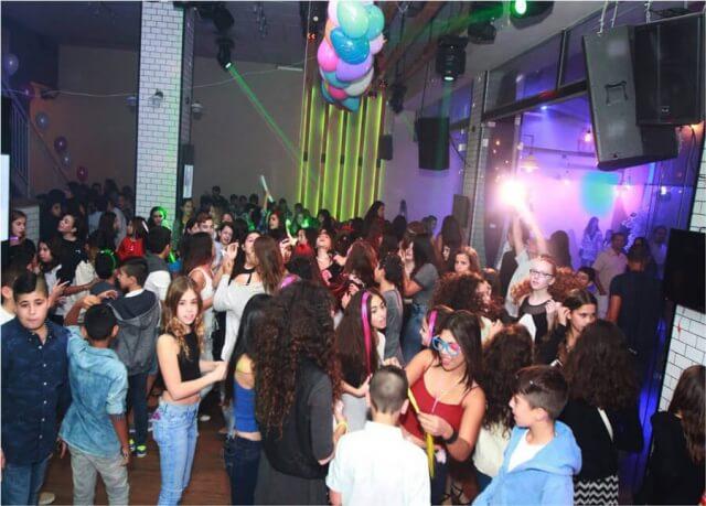 נערים ונערות רוקדים בבת מצווה באולם ניין אירועים