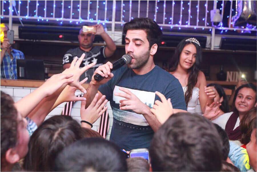 זמר ששר בבר מצווה במועדון ניין אירועים