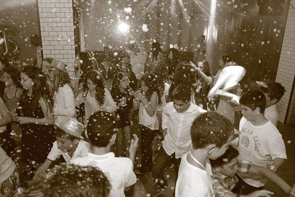 בני נוער רוקדים במסיבת בר מצווה בניין אירועים