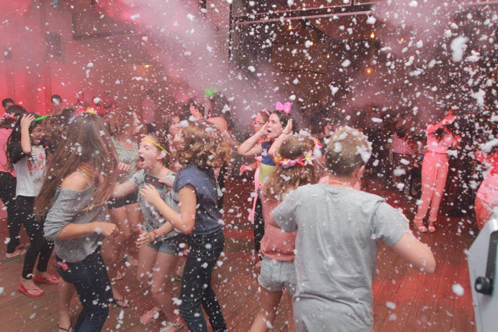 בני נוער חוגגים במסיבת בר מצווה בניין אירועים