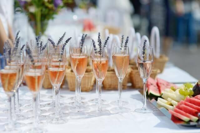 שולחן מסוגנן עם כוסות שתייה בנין אירועים