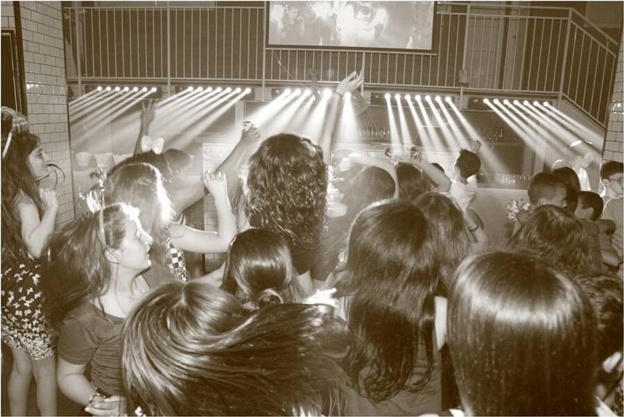 אנשים רוקדים באולם אירועים ניין