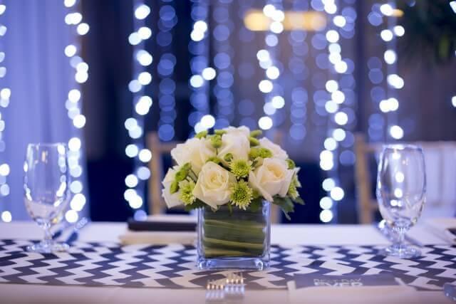 סידור פרחים על שולחן באולם האירועים ניין