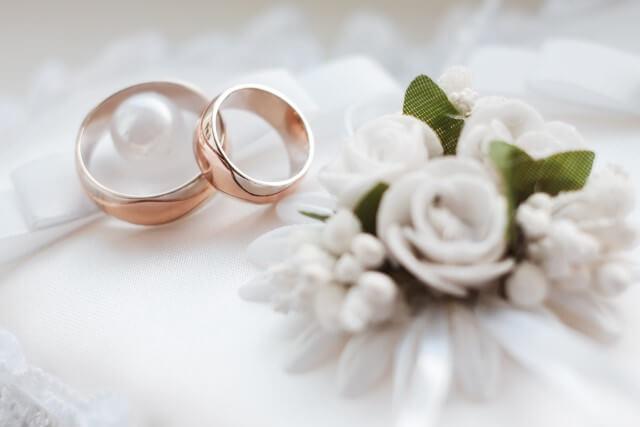 טבעות נישואין ופרח